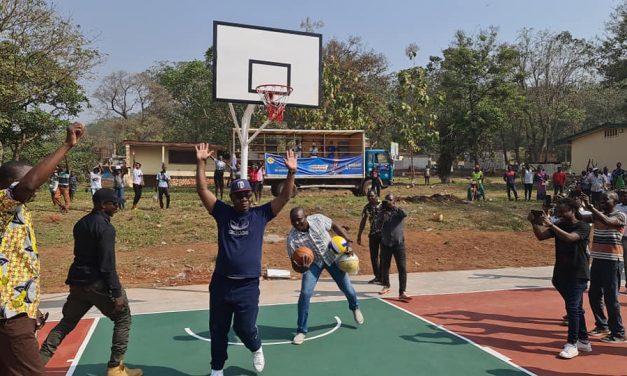 Le lycée Caron dispose d'un terrain réhabilité de Basketball et de Hand-Ball