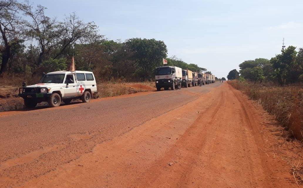 La Croix-Rouge achemine un premier convoi humanitaire pour assister des milliers de déplacés
