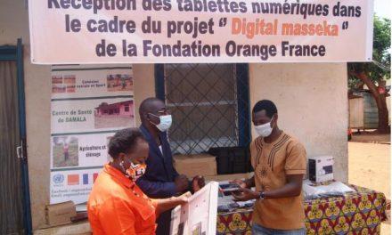 Don des tablettes numériques d'Orange-Centrafrique à l'ONG Maboko Na Maboko