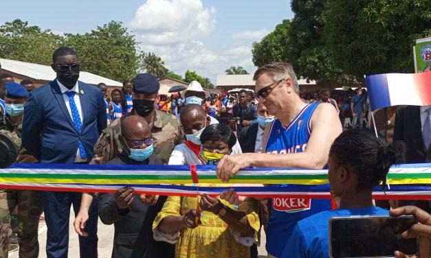 La coopération française inaugure deux terrains du sport au lycée des Martyrs de Bangui