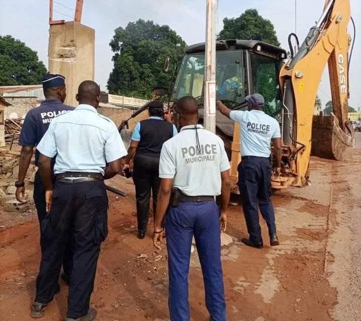 La Mairie de Bangui démolit le pan du mur de clôture de la construction de l'ex SCAR RENAULT